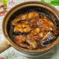 Cá kho tộ façon Cô Hà (poisson caramélisé dans un plat de terre cuite)